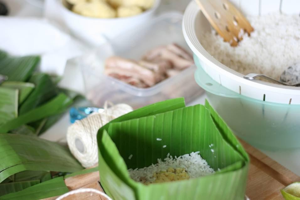 Chọn loại lá bánh tẻ (không quá già hoặc quá non) thì mới dễ gói và cho bánh màu xanh đẹp.