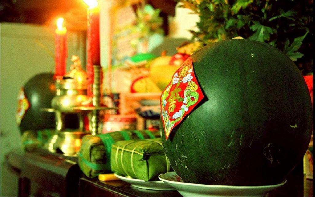 Bánh chưng được bày trong ngày Tết cổ truyền nước ta, đây là món ăn không thể thiếu