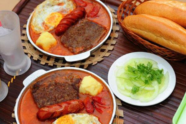 Bánh mì là món ngon sinh viên Hà Nội giá rẻ