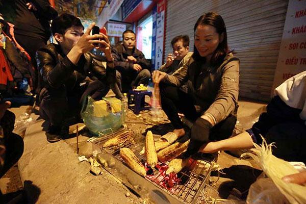 Ngô nướng: Món ngon mùa Đông đậm chất Hà Nội